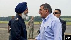 美國國防部長帕內塔抵達新加坡時和新加坡官員握手。
