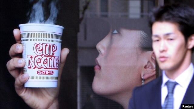 Produsen mie instan Jepang, Nissin, mengeluarkan produk mie dicampur es untuk musim panas yang menyengat. (Photo: Reuters)