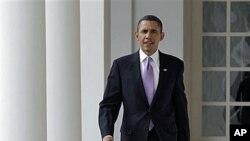 Shugaban Amurka Barack Obama ya fito daga ofishinsa a fadar White House in Washington, 25 Jan 2011