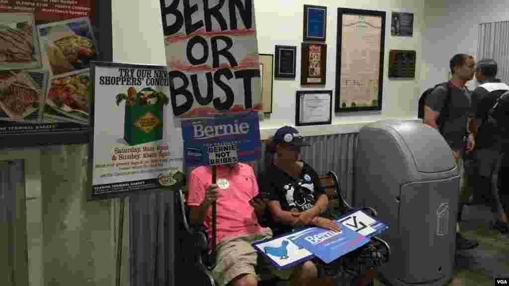 Des partisans de Bernie Sanders, le 25 juillet 2016 à Philadelphie.