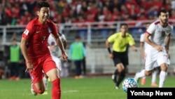 6일 수원월드컵경기장에서 열린 2018 러시아 월드컵 아시아 최종예선 한국과 카타르 경기에서 손흥민이 드리블하고 있다.