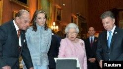 Ratu Inggris Elizabeth dan Pangeran Philip menerima Presiden Kolombia Juan Manuel Santos (kanan) dan istrinya, Maria Clemencia Rodriguez di istana Buckingham, Selasa (1/11).