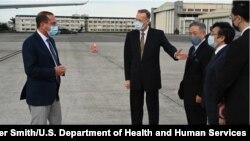 美國衛生部長(左一)2020年8月9日抵達台北開始正式訪問