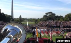 Banda y desfile militar en honor al papa en la Casa Blanca. Al fondo, el obelisco dedicado a Washington