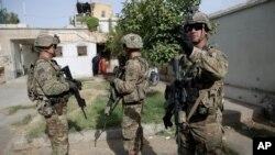 Quân đội Mỹ canh gác trong chuyến thăm của các quan chức Kabul đến khu phức hợp của thủ hiến ở Kandahar, Afghanistan, ngày 4/8/2016.