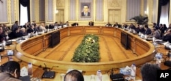 2月6日苏雷曼(中)会见埃及各党派负责人