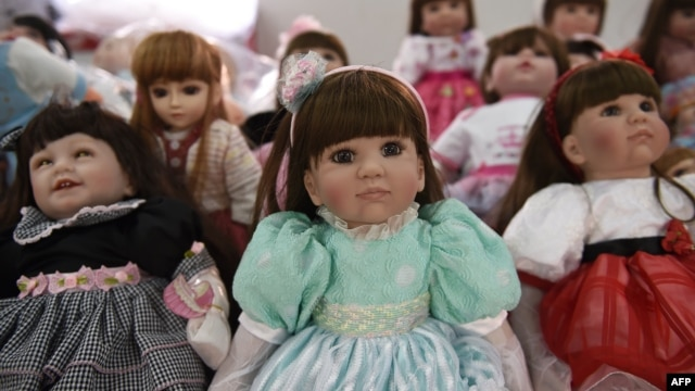 """""""Luuk thep"""" (child angels) dolls are displayed at the Economic Crime Suppression Division after more than a hundred of them were seized in separate raids, in Bangkok, Jan. 26, 2016."""