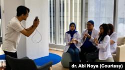 dr. Dianty Suraya, dr. Abi Noya, dr. Claudia Dadlani, dan dr. Gloria Ate dari Alodokter sedang membuat video TikTok mengenai cara cuci tangan sesuai panduan WHO. (Foto: dr. Abi Noya)