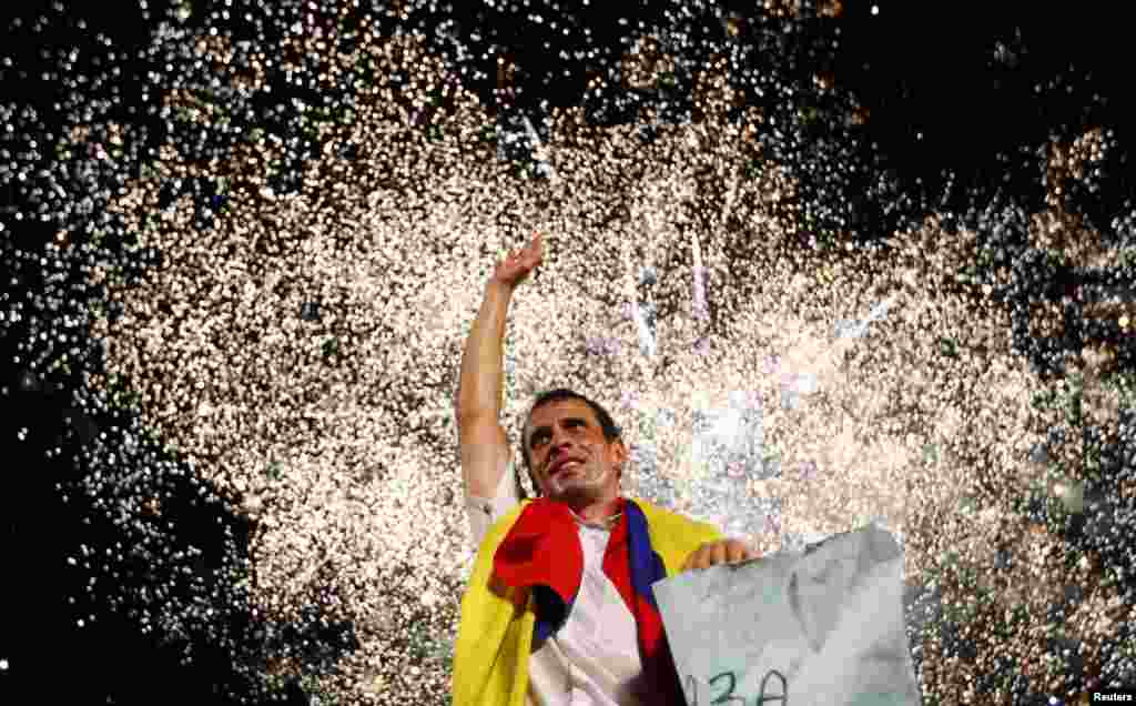 Venezuela's opposition leader and presidential candidate Henrique Capriles greets supporters during a campaign rally in the state of Barinas, Apr. 3, 2013.