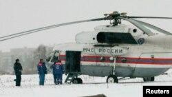20일 미하일 호도르코프스키가 수감돼 있던 북서부 카렐리아 교도소 옆에 러시아 비상재난부 직원들과 헬리콥터가 서 있다.