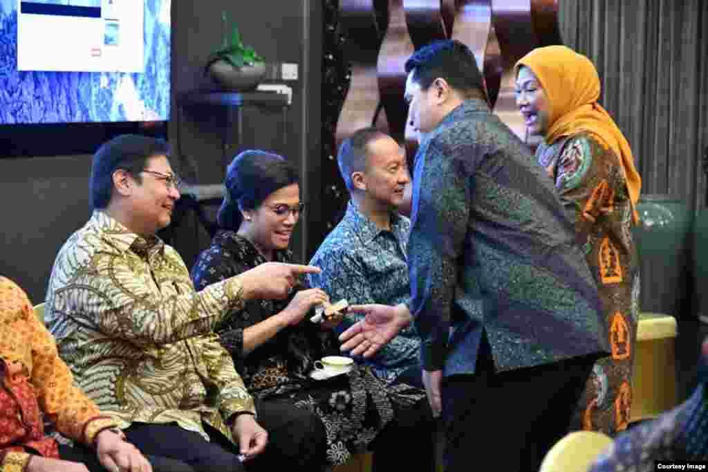 Menteri Keuangan Sri Mulyani dan Menteri Perekonomian Airlangga Hartarto berbincang dengan para tamu lainnya sebelum upacara pelantikan di Istana Merdeka, Rabu, 23 Oktober 2019. (Foto: Biro Setpres)