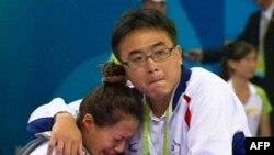 Vận động viên Ðài Loan Dương Thục Quân được huấn luyện viên an ủi sau khi bị xử thua trước một vận động viên của Việt Nam tại Đại hội Thể thao Đông Nam Á, ngày 17/11/2010
