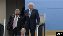 Президент Обама прибыл в Космический центр им. Кеннеди во Флориде вместе с конгрессвумен Сюзанн Космас и бывшими астронавтами Б. Нельсоном, Ч. Болденом и Б. Олдрином. Флорида. 15 апреля 2010 года