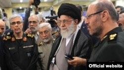 خامنهای، رهبر جمهوری اسلامی در میان وزیر دفاع و رئیس ستاد کل نیروهای مسلح ایران