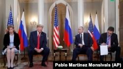 صدر ٹرمپ فن لینڈ کے دارالحکومت ہیلسنکی میں روسی صدر پوٹن سے ملاقات کے آغاز پر صحافیوں سے گفتگو کر رہے ہیں۔ دونوں رہنماؤں کے ترجمان بھی موجود ہیں۔