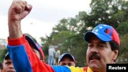 """Maduro anunció que el presidente Chávez """"está reflexionando un conjunto de medidas económicas""""."""