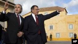 Bộ trưởng Quốc phòng Bồ Đào Nha Jose Pedro Aguiar-Branco (trái) tiếp đón Bộ trưởng Quốc phòng Hoa Kỳ Leon Panetta tại Bộ quốc phòng ở Lisbon, Bồ Đào Nha, 15/1/13