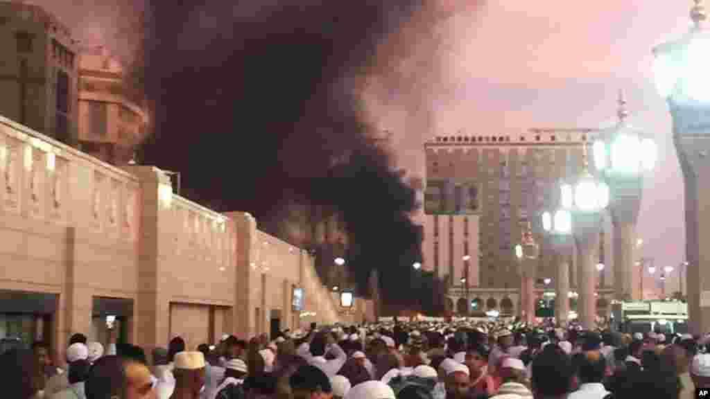 Des gens se tiennent devant le site de l'explosion à Médine, en Arabie Saoudite, le 4 juillet 2016.