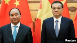 Chinese Premier Li Keqiang (R) and Vietnamese Prime Minister Nguyen Xuan Phuc attend a signing ceremony at the Great Hall of the People in Beijing, China, Sept. 12, 2016.
