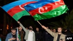 ពលរដ្ឋអាស៊ែបៃហ្សង់អបអរសាទរនៅតាមដងផ្លូវនៃទីក្រុង Baku នៅថ្ងៃទី១០ ខែវិច្ឆិកា ឆ្នាំ២០២០ ក្រោយពីអាមេនីនិងអាស៊ែបៃហ្សង់ បានយល់ព្រមលើកិច្ចព្រមព្រៀងមួយជាមួយរុស្ស៊ីដើម្បីបញ្ចប់ការប៉ះទង្គិចគ្នាដ៏ខ្លាំងក្លាអស់ជាច្រើនសប្តាហ៍ក្នុងតំបន់ជម្លោះទឹកដី Nagorno-Karabakh។