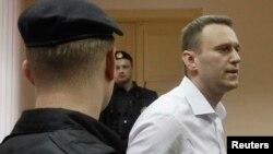 Алексей Навальный покидает здание суда. Киров, Россия. 17 апреля 2013 года