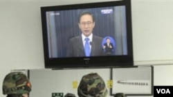 El presidente Lee Myung-bak de Corea del Sur anuncia su indignación por los ataques de Corea del Norte hacia su país.