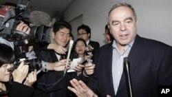 Asisten Menlu AS untuk Hubungan Asia Timur dan Pasifik, Kurt Campbell, disambut media setibanya di bandara Internasional Narita, Jepang (15/4).