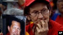 Una simpatizante del presidente venezolano Hugo Chávez muestra su preocupación por el estado de salud del mandatario.