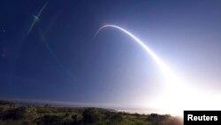 미국의 '미니트맨3' 대륙간탄도미사일(ICBM)이 지난 2월 캘리포니아주에서 태평양 상공으로 시험 발사중인 장면. (자료사진)