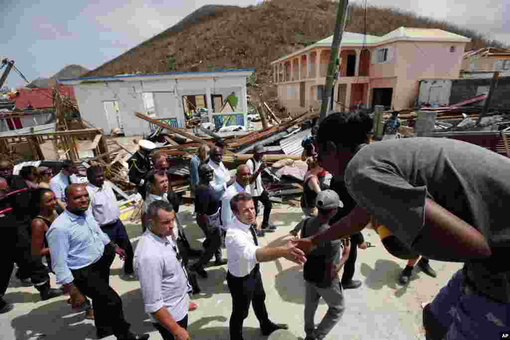 امانوئل ماکرون، رئیس جمهوری فرانسه از جزیره سن مارتین در حوزه کارائیب که بر اثر توفان دریایی ایرما صدمه دیده، دیدار کرد.