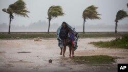 Une femme et son enfant se protège du vent dans une couverture, à Caibarien, Cuba, le 8 septembre 2017.