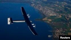 Pilot Jerman Markus Scherdel menerbangkan pesawat tenaga surya Solar Impulse 2 di atas Danau Murten dalam latihan di Payerne, Swiss, September 2014. (Reuters/Denis Balibouse)