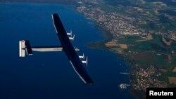 Máy bay Solar Impulse 2 một chỗ ngồi làm bằng sợi cácbon có sải cánh dài 72 mét, dài hơn sải cánh của chiếc Boeing 747.