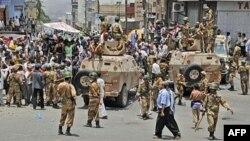 Binh sĩ Yemen phong tỏa đường phố trong khi dân chúng tham gia cuộc biểu tình chống chính phủ đòi ông Saleh từ chức
