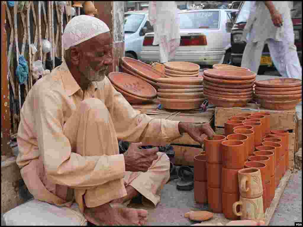 عبداللہ پچھلے کئی برسوں سے اسی فٹ پاتھ پر مٹی کے برتن فروخت کررہے ہیں۔