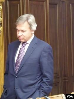 刚刚访华的杜马议员普什科夫。习近平2013年3月访问莫斯科并参访国家杜马,普什科夫等待习近平。