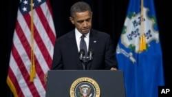 Presiden Obama melakukan beberapa kali jeda dalam pidatonya dalam acara doa bersama lintas kepercayaan untuk para korban tragedi Sandy Hook di Newtown, Connecticut. (Foto: AP)