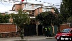 Guardias de seguridad custodian la embajada de México en La Paz.