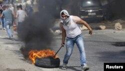 Một người biểu tình Palestinian trong một vụ đụng độ với binh lính Israeli ở thành phố Hebron thuộc Bờ Tây, ngày 18 tháng 10, 2015.
