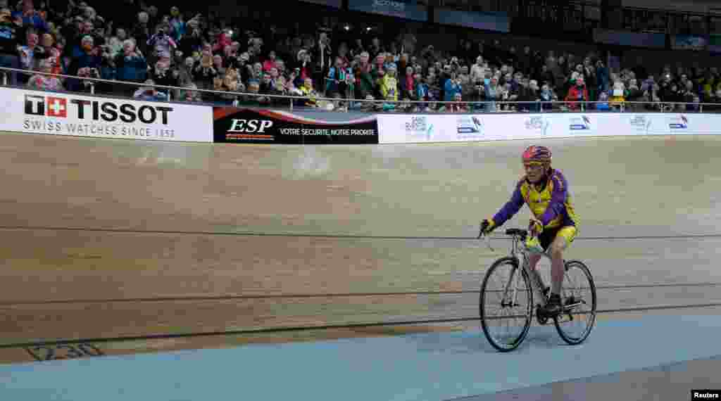 رابرت مارچند، دوچرخه سوار فرانسوی ۱۰۵ ساله، رکورد جدید زد. او اولین کسی است که با این سن، توانست در عرض یک ساعت ۲۲.۵۴۷ کیلومتر دوچرخه سواری کند.