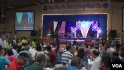 Bữa cơm gây quỹ của cộng đồng Việt Nam tại hội trường Giáo xứ Đức Mẹ La Vang. Ảnh: G. Flakus/VOA.