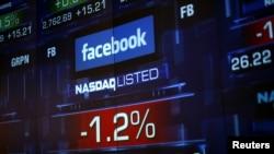 Màn hình hiển thị giá cổ phiếu Facebook trong ngày giao dịch hôm 4/6/2012 ở New York