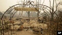 """Un rótulo a la entrada de una casa destruida por las llamas en Middletown, California lee """"Aquí es donde pertenezco""""."""