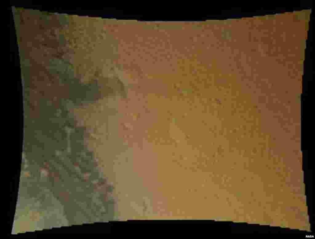 La primera captura de la superficie marciana revelada por la NASA muestra de cerca el terreno que el Curiosity está explorando. Fue tomada justo 16 segundos antes de que el aparato tocase la superficie del planeta. En la imagen se puede com