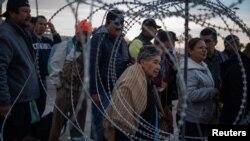미국 샌디에이고와 멕시코 티후아나를 연결하는 샌이시드로 국경검문소(San Ysidro Port of Entry)에서 19일 중남미 출신 이민자들이 미국 국경을 넘기 위해 줄 서 있다.