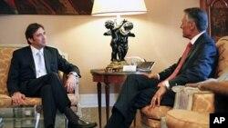 سهرۆکی پـورتوگال ئانیبال کاڤاکۆ سیلڤا (ڕاست) له کۆشـکی سهرۆکایهتی له لیشـبۆنهی پایتهخت پـێشـوازی له ڕێبهری پارتی سۆشیال دیموکرات پـێدرۆ پاسۆس کۆێلهۆ دهکات، دووشهممه 6 ی شهشی 2011