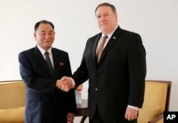 마이크 폼페오 미 국무장관(오른쪽)과 김영철 북한 노동당 부위원장 겸 통일전선부장이 31일 뉴욕에서 만나 악수하고 있다.