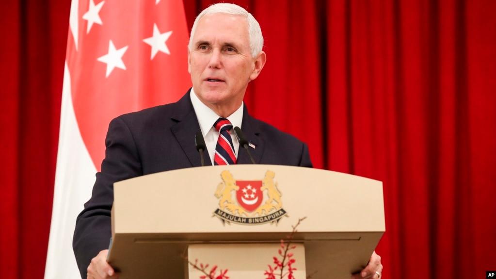 Phó tổng thống Mỹ Mike Pence phát biểu tại cuộc họp báo chung ở dinh tổng thống Singapore ngày 16/11/2018.