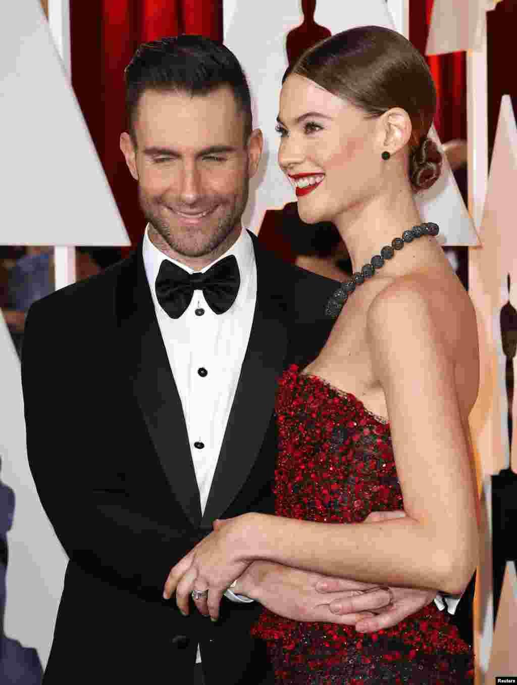 O cantor Adam Levine e a sua mulher Behati Prinsloo