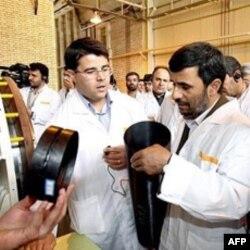 Eron prezidenti Mahmud Ahmadinajod Natanz atom inshootida